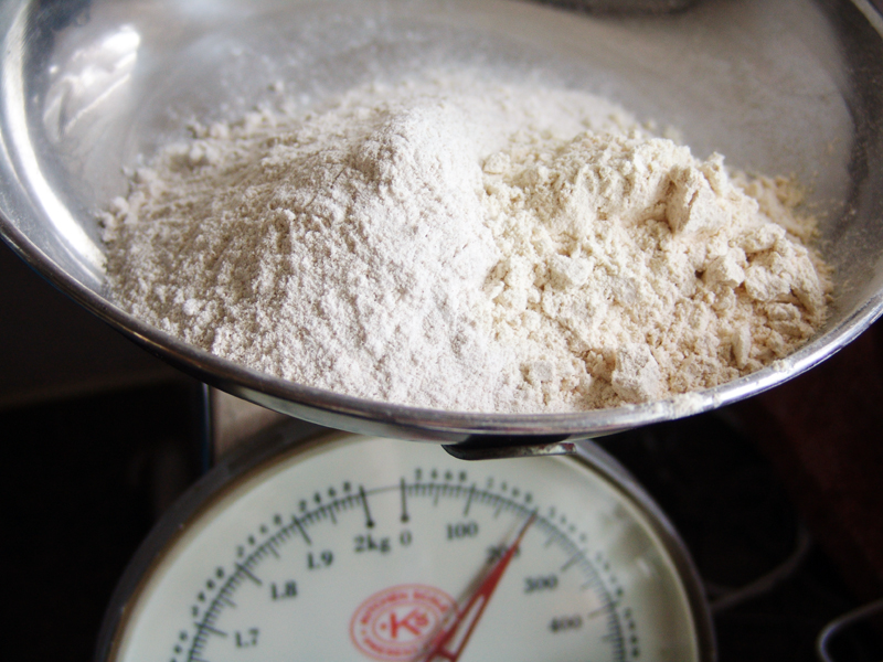 Hartige taart van boekweit, zachte geitenkaas en artisjok