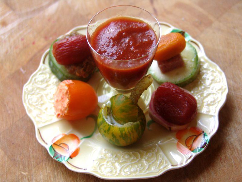 Amuses met tomaatjes, courgette en biet
