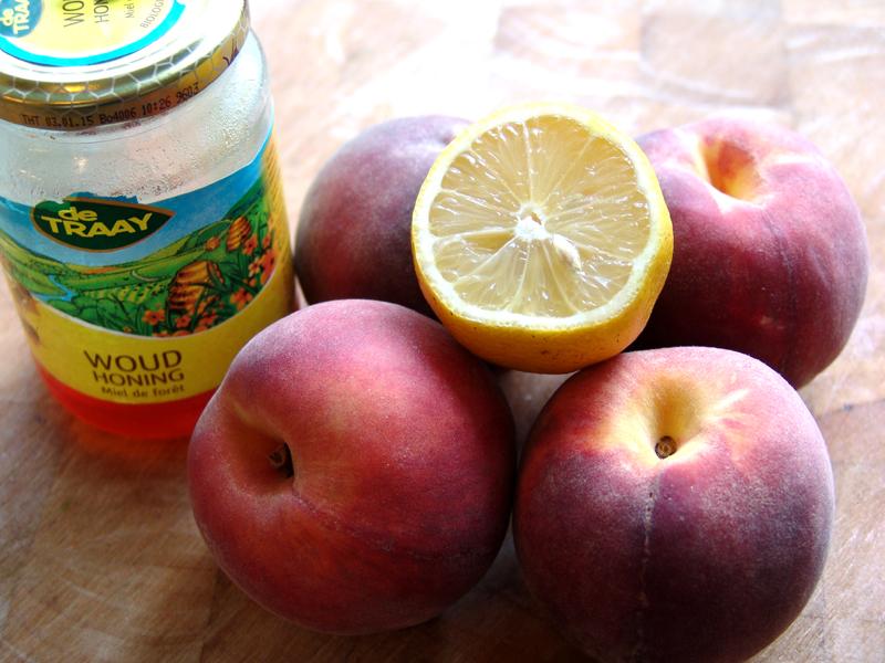 Koude perzik met appel en geroosterde honing amandel