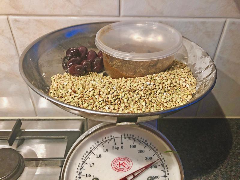 Geroosterde korrels van boekweit en een groentenschotel