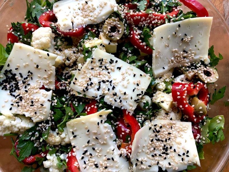 Zomerse geroosterde groenten en Halloumi