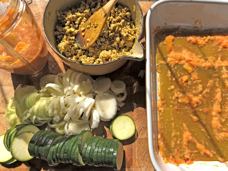 Kipgehakt, gele paprika saus voor een linzen lasagne
