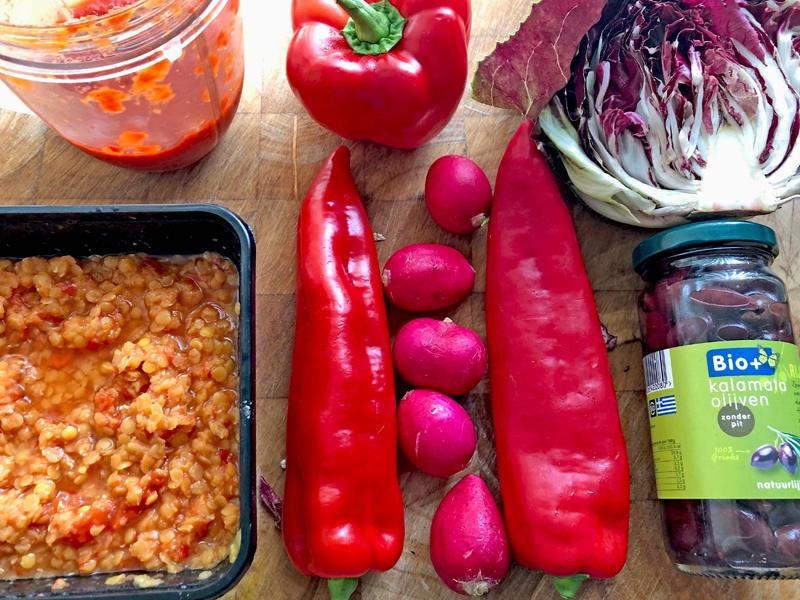 Deze simpele rode paprika saus geeft een salade pit