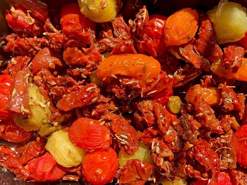 Een tomaten salade van gedroogd, gepoft en vers met veel oregano