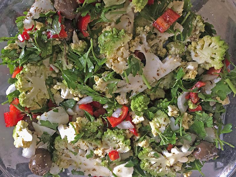 Paprika pesto met garnaaltjes met aardappelkoek en groenten