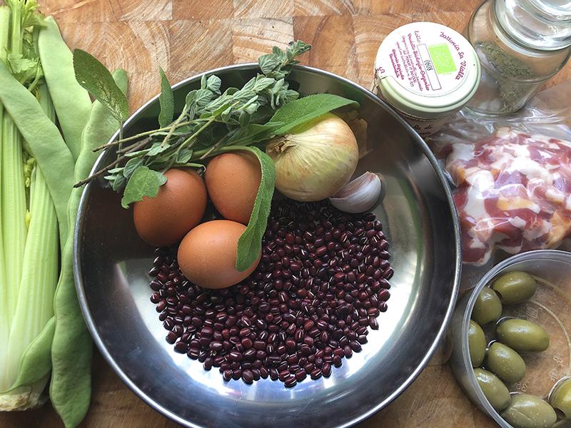 Adukibonen met spekjes, bleekselderij, kruiden en ei